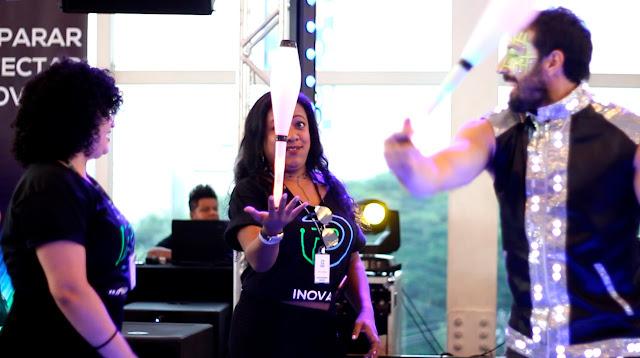 Artistas de circo com malabares led de Humor e Circo Produtora, interação com os convidados do evento Convenção de Vendas da Porto Seguro em São Paulo.