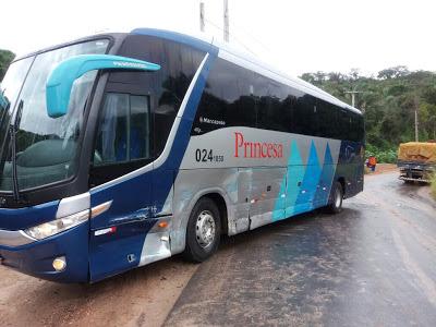 ACIDENTE DE TRÂNSITO: Ônibus colide com caminhão no distrito de Várzea do Giló em Ipu.