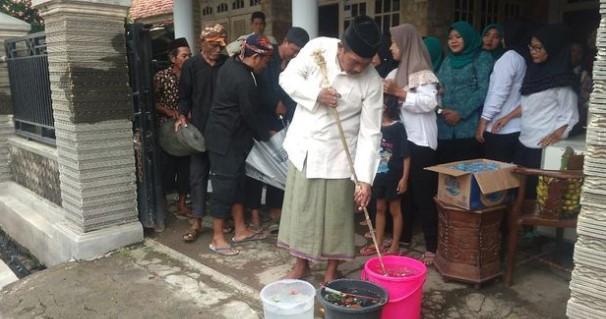 Tradisi Arak-arakan Benda Pusat di Cirebon