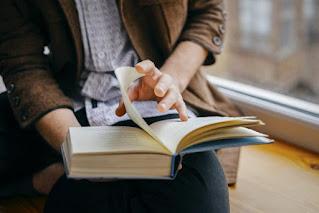 كتابة موضوع تعبير عن فوائد الكتب