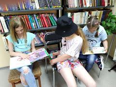 Девочки читают школьный лагерь Фантазёры СШ №74 бібліотека-філія №4 М.Дніпро