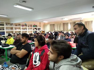 El alumnado escuchando atentamente las experiencias de Amalajer.