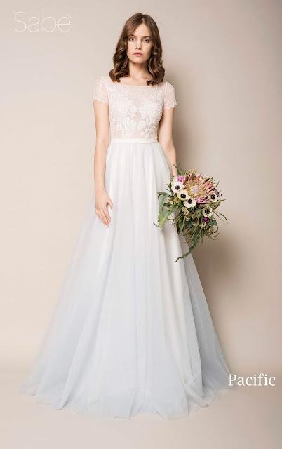 Suknia ślubna z dołem z lekkim niebieskim ombre i koronkową biała górą. Suknie SABE.