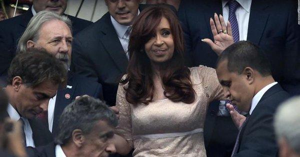 La Justicia argentina procesa a la expresidenta Cristina Fernández por lavado de dinero y a sus dos hijos.