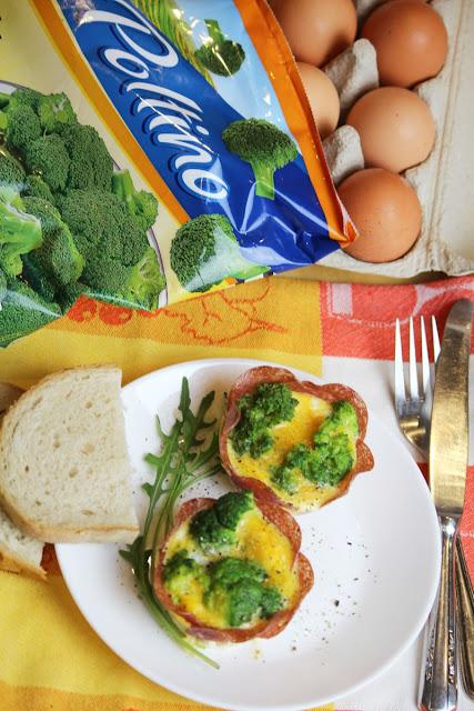 Jajka zapiekane z brokułami w koszyczkach z salami