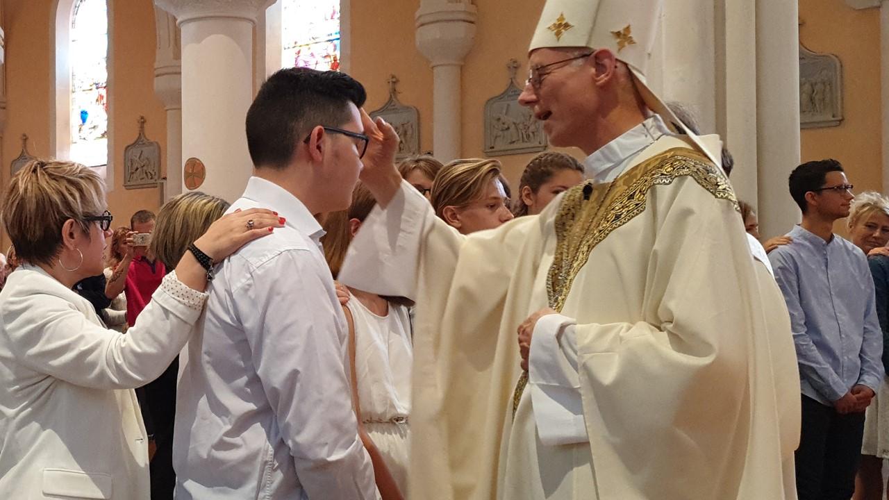 Sacrement de la confirmation à l'église de Boën avec Mgr Bataille