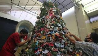 कोरोना: क्रिसमस ट्री को सेनिटाइजर और मास्क से सजाया जाता है