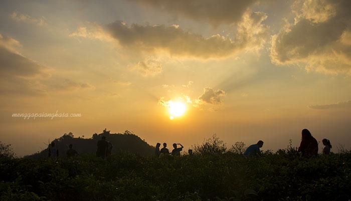 Menuju Senja di Bukit Pandang Kemuning