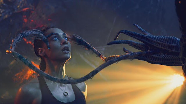 Lindsey Morgan and an alien