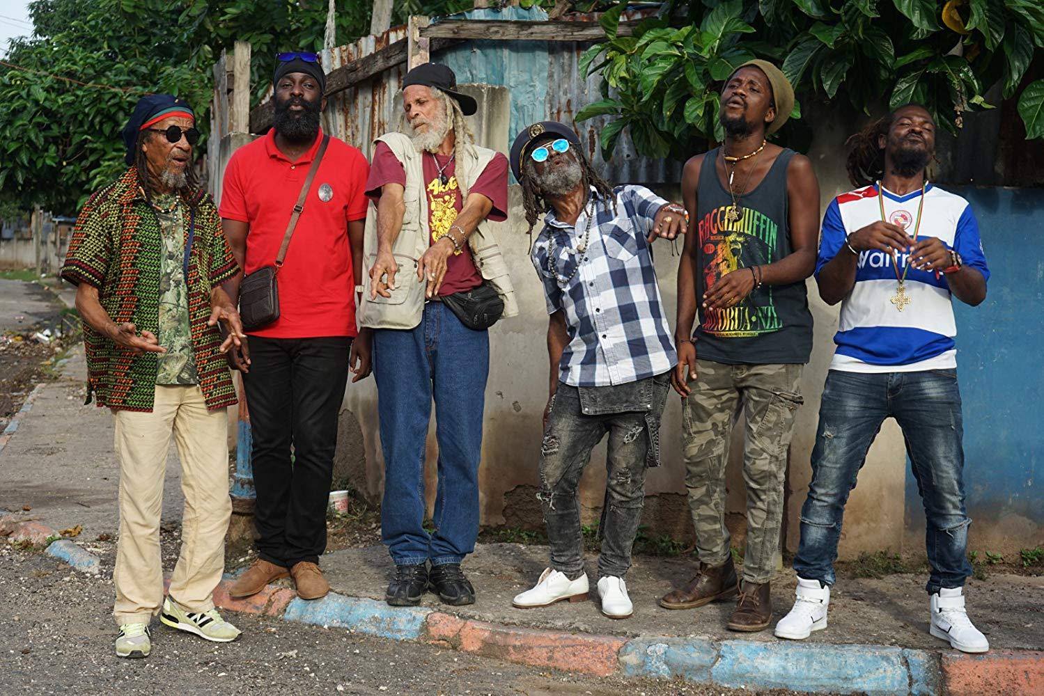 spotyka się z młodym jamajskim mężczyzną