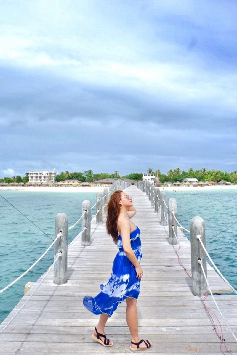 Gaya foto di Pantai Manfaatkan Dermaga Buatan gaun bali manis dan seksi