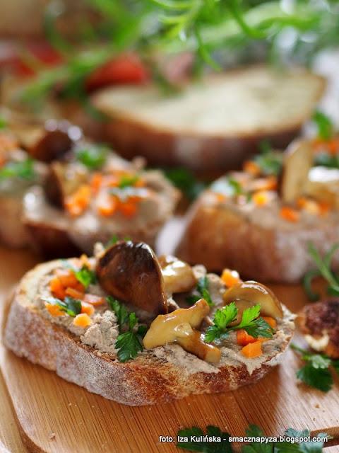 pâté z kurzych wątróbek , wątróbka drobiowa , smarowidło , pasta wątróbkowa , pasztecik , do smarowania , do chleba , borowiki , z grzybami , rozmaryn , grzybki suszone , pate , pasta wątrobiana , najlepsze przepisy