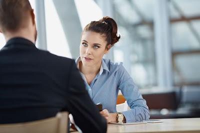 Mujer entrevistando a un hombre para un trabajo