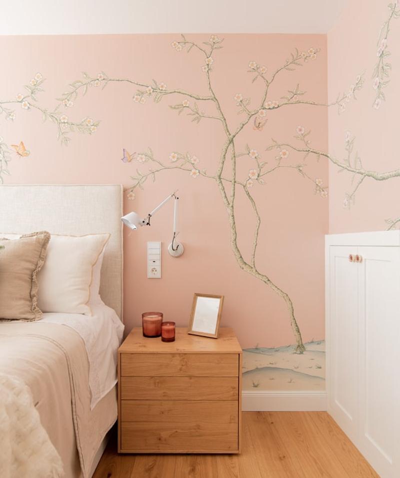 Cabecero de cama con papel pintado en rosa