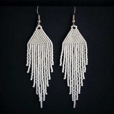 стильные необычные украшения купить белые длинные серьги из бисера