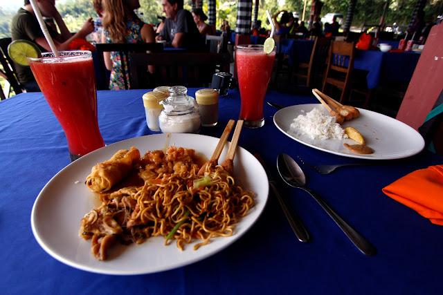 Comida en un restaurante con vista en los arrozales de Pacung (Bali)