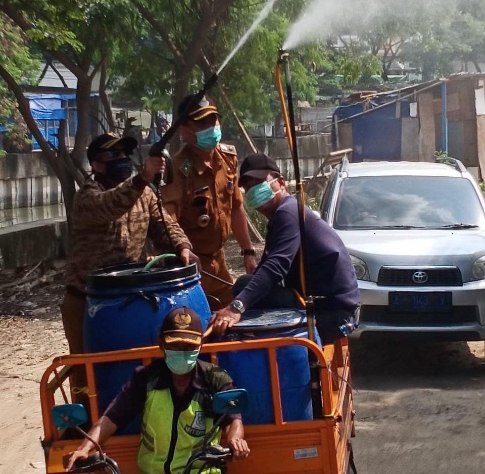 Kelurahan Dadap : Menggunakan Germo Keliling Semprotkan Disinfektan