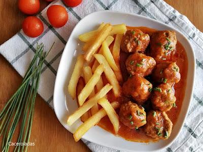 Albóndigas sin freír con salsa de tomate