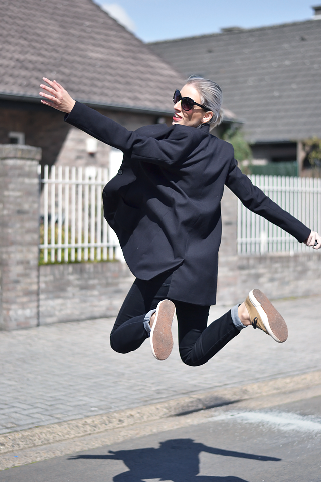 Jump photo, fashion blogger, black outfit, trends
