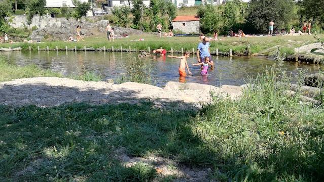 Crianças a brincar na Praia Fluvial da Ranha