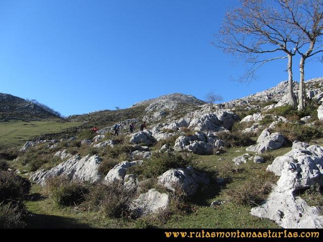 Ruta de las Foces del Rio Pendón y Varallonga: Iniciando ascensión al pico Varallonga.