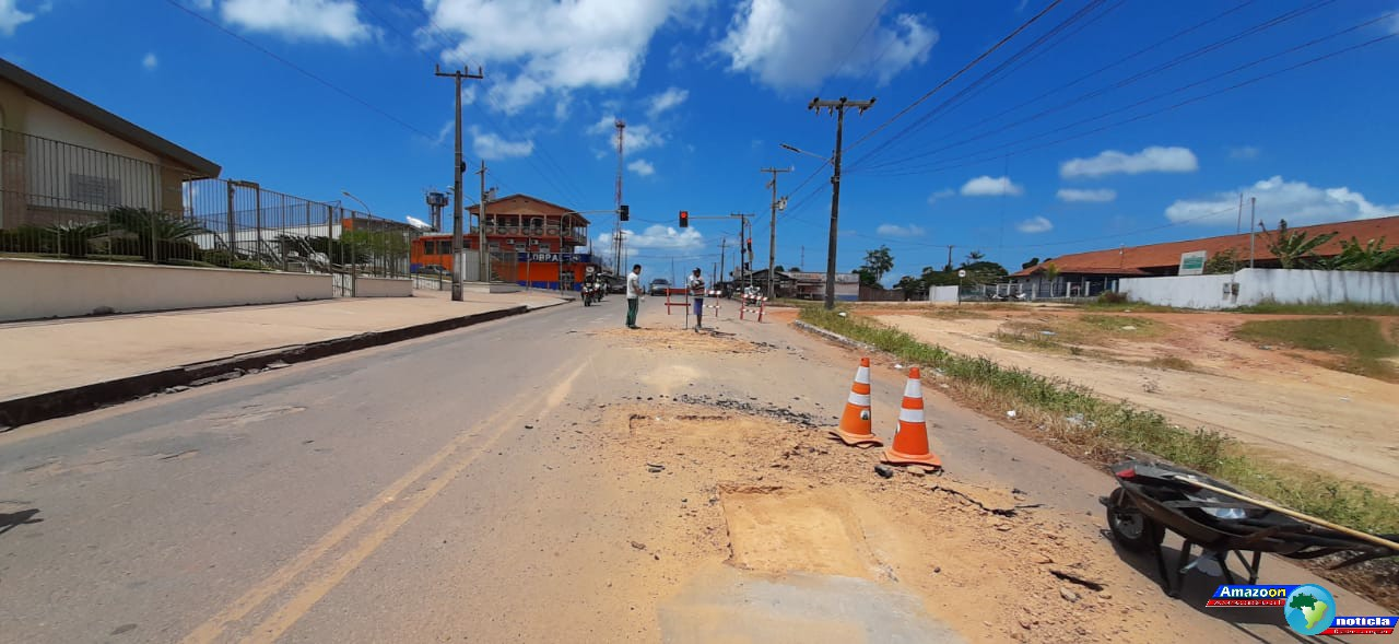 Avenida Nelson Souza em Óbidos recebe serviços da operação tapa-buracos.