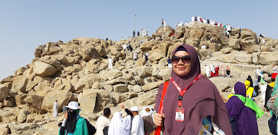 berkunjung ke jabal rahmah bukit kasih sayang di padang arafah umroh nurul sufitri travel lifestyle blogger alhijaz indowisata arab saudi review