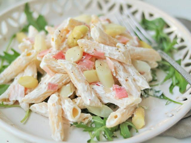 sommerlicher Nudelsalat mit Spargel und gekochtem Schinken