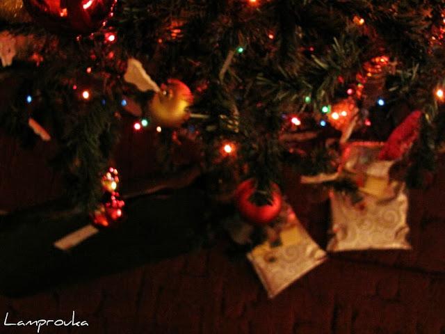 Τα δώρα του Άγιου Βασίλη κάτω από το δέντρο.