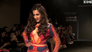 Chitrangada+Singh+walks+the+Ramp+in+Sizzling+Deep+Neck+Top+%7E+CelebsNext+Exclusive+011.jpg