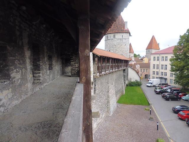 Pasadizos de Tallinna Linnamüür (Tallinn) (@mibaulviajero)