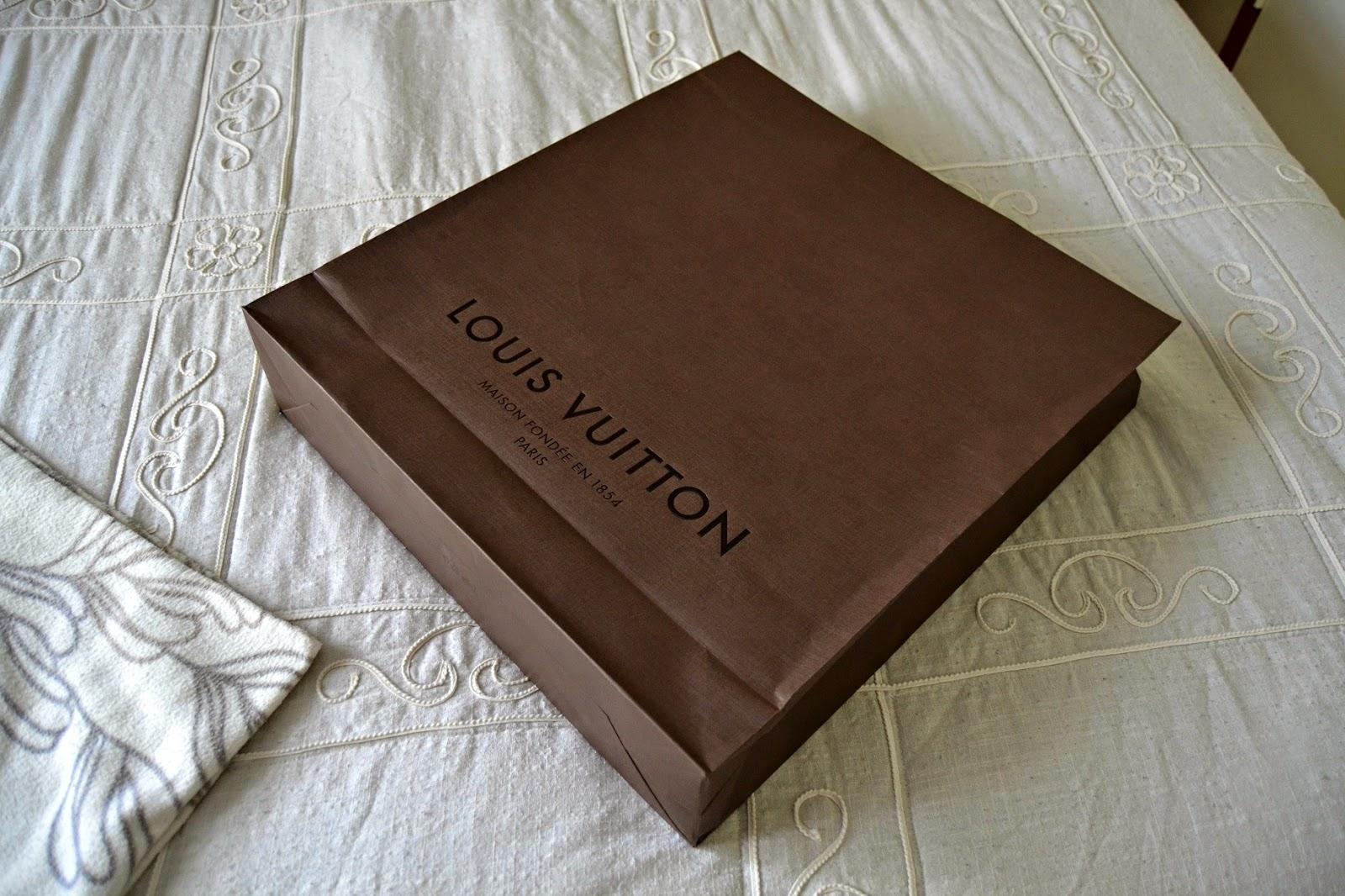 Onko teistä moni käynyt Louis Vuitton liikkeessä  Liike oli täynnä ihmisiä 076c7bca83