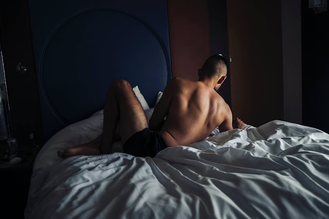 Hombre leyendo en cama