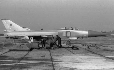Su-15 con pilota e personale di terra.