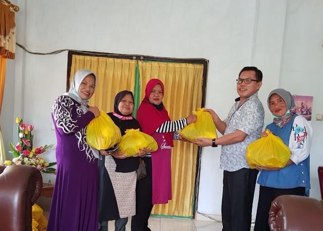Terpanggil Ringankan Beban Warga Ditengah Covid-19, Ahmadi Zubir Bagikan Paket Sembako