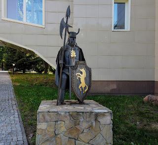 Графское. Гостинично-оздоровительный центр «Форест-Парк». Скульптура рыцаря