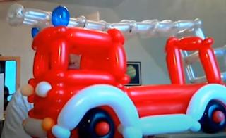 Großes Feuerwehrauto mit Leiter aus Ballons.