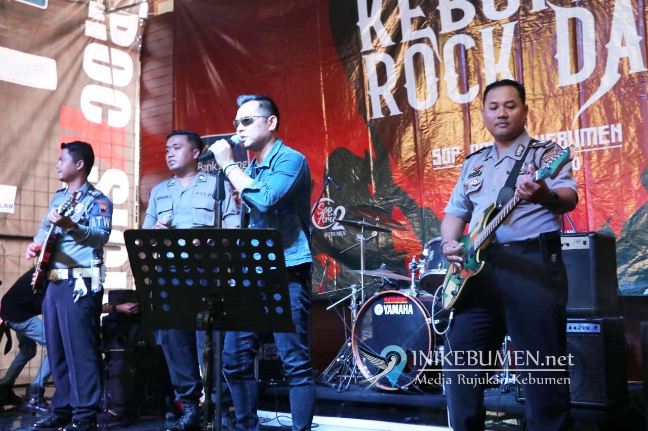 Bawakan Dua Lagu, Kapolres Kebumen Tampil Nge-Band di Depan Para Rocker