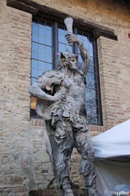 Una delle statue dislocate nel borgo di Grazzano Visconti