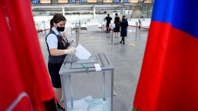 Rusos votan en el plebiscito para eternizar a Putin en poder