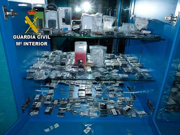 productos falsos de telefonía móvil e informáticos intervenidos por la Guardia Civil en Gáldar y Las Palmas de Gran Canaria