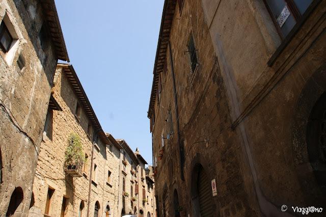 Gli antichi edifici in tufo del quartiere Medievale di Orvieto