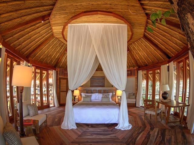Resort với hồ bơi căn phòng nội thất và mái lợp tấm sinh thái mát mẻ dành cho tuần trăng mật