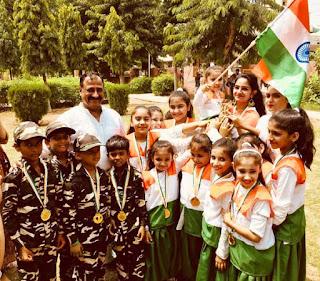 पार्षद मनोज नासवा ने कोरियोग्राफर दीप्ती गगन को किया सम्मानित
