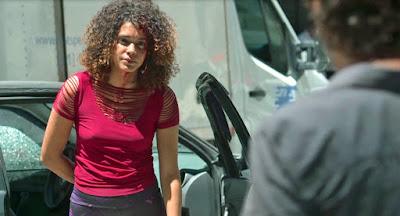 Rosemary (Kizi Vaz) aponta arma para Elias (Marcelo Faria)