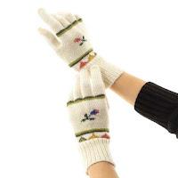 アルパカニットの手袋で手首まわりを温めて、効果的に末端冷え性対策を行う