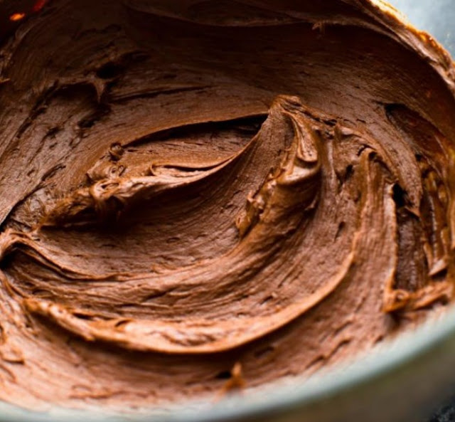 The Best Chocolate Buttercream Frosting #desserts #chocolate