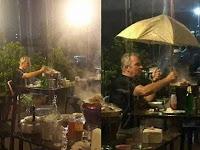Diguyur Hujan Tak Mau Pindah Dan Tetap Lanjutkan Makan, Alasan Turis ini Mengejutkan
