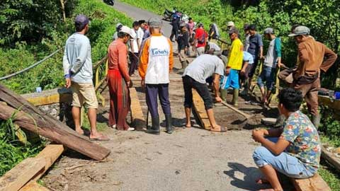 Masyarakat Aia Taganang Perbaiki Jembatan Batang Matua