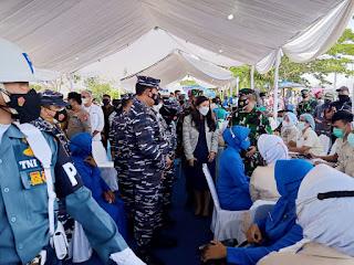 Kasal Tinjau Vaksinasi ke Masyarakat Maritim di  Dermaga Lantamal I Belawan